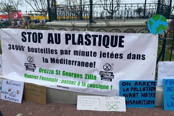 Les manifestants ont déposé des pancartes place Saint-Nicolas
