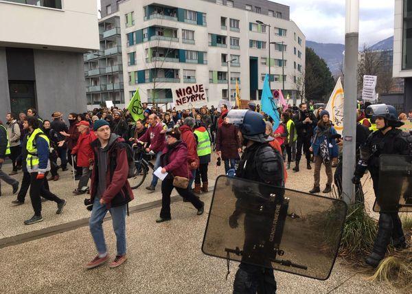 Une centaine de personnes ont manifesté devant les anciennes usines Neyrpic.