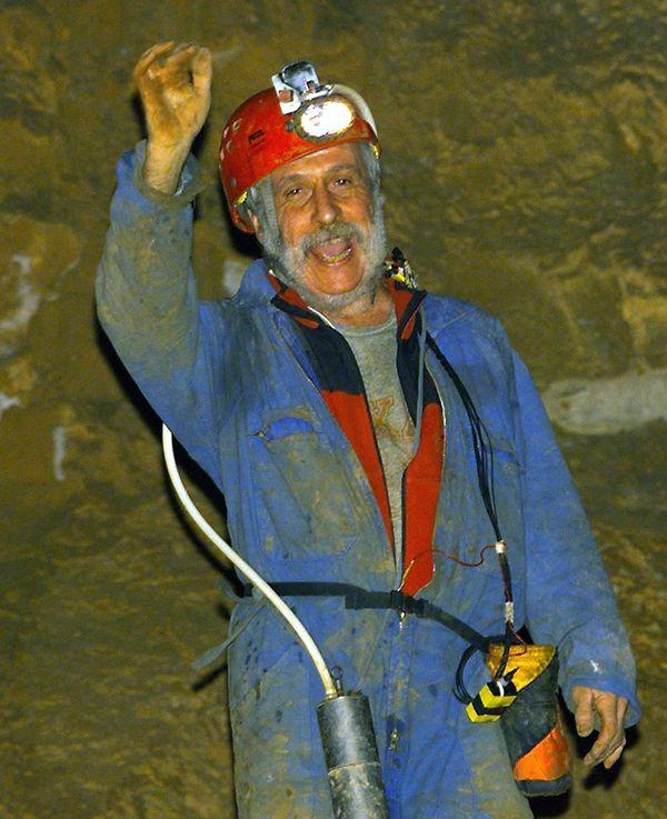 Le 14 février 2000 MIchel Siffre, sort d'une des salle de la grotte de la Clamouse à Saint-Jean-de-Fos (Hérault), après avoir passé 2 mois et demi dans un isolement complet.