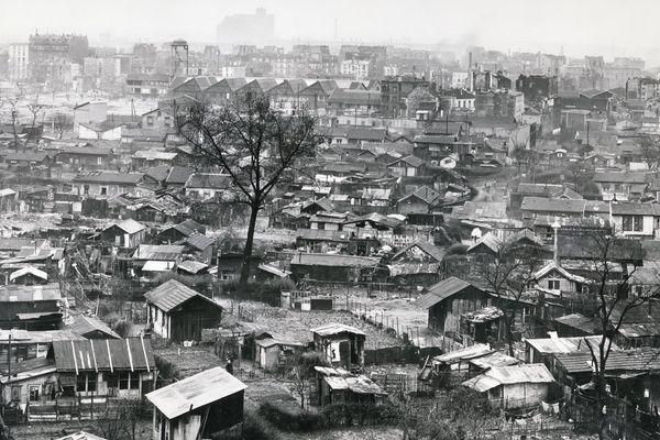 Vue panoramique sur la Zone vers la Porte de Clignancourt. Au loin la ville de Saint-Ouen. France, vers 1940 Tirage argentique – 18 x 24 cm