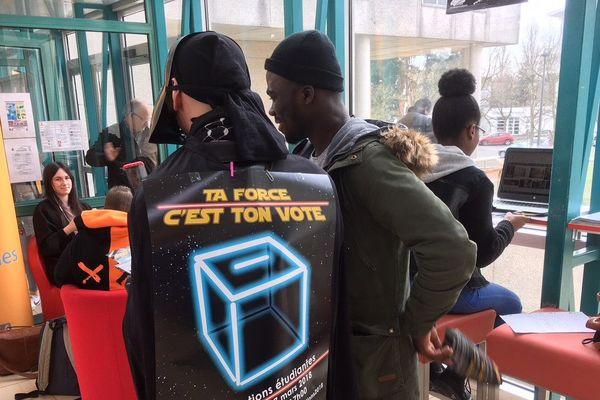 Dark Vador à Orléans pour appeler les étudiants à voter