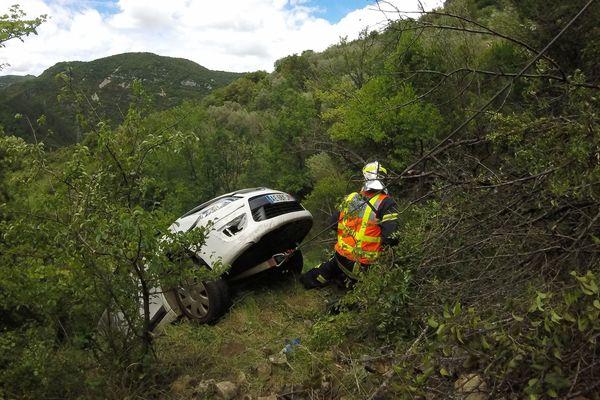 La voiture a fait une chute de 15 mètres sur la RD25 à hauteur de Rogues, dans le Gard - 15 juin 2016