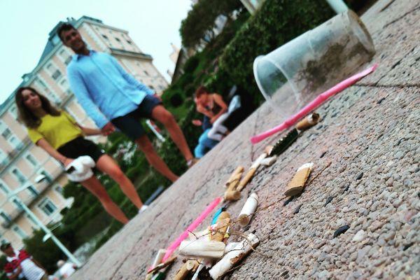 Eddy et Fred invitent les citoyens à ramasser les déchets avec eux... Une façon de les sensibiliser.