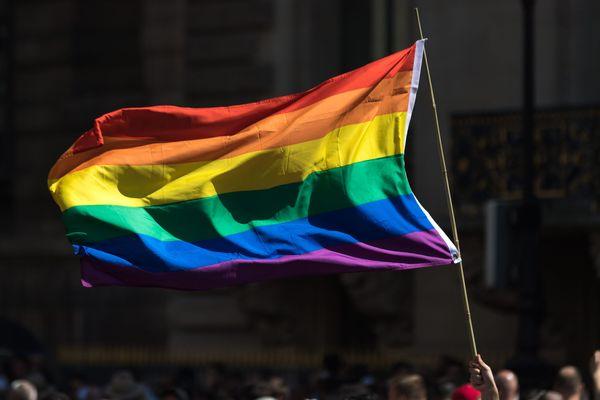 Un drapeau arc-en-ciel, symbole de la communauté LGBT.