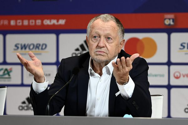 Jean-Michel Aulas, président de l'Olympique Lyonnais, a réussi à faire accepter une compensation de la baisse des salaires des pro avec des actions d'OL Groupe.
