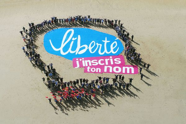 Photo prise à Courseulles pour soutenir l'inscription des plages au patrimoine de l'Unesco