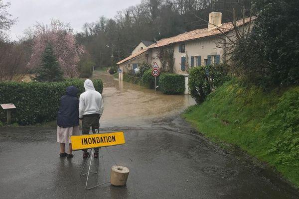 Les inondations dues à la crue de la Vonne s'approchent des maisons à Celle-l'Evescault dans la Vienne