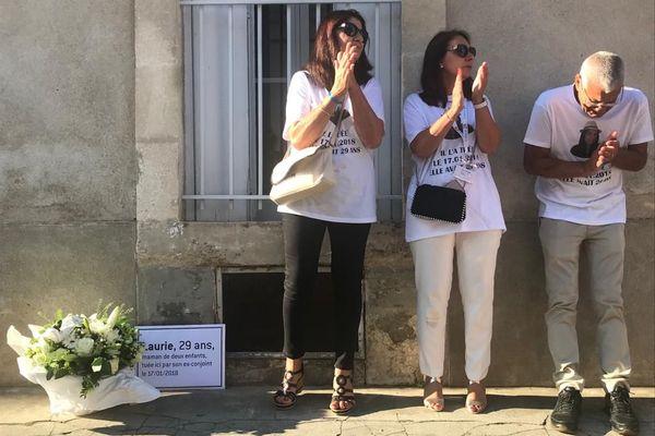 """Sur la plaque déposée à l'endroit du drame : """"Laurie, 29 ans, maman de deux enfants, tuée ici par son ex-conjoint le 17 janvier 2018"""""""