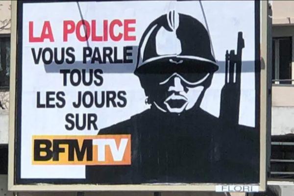 L'affiche qui pose problème, en raison de la présence du logo de la chaîne de télévision BFMTV.