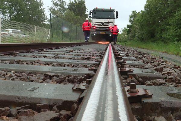 SNCF réseau procède au meulage des rails sur les lignes TER fermées le temps du confinement en Loire-Atlantique et Vendée pour vérifier les dispositifs de sécurité