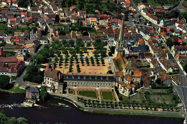 La commune de Saint-Savin et son abbaye vues du ciel (Archives)