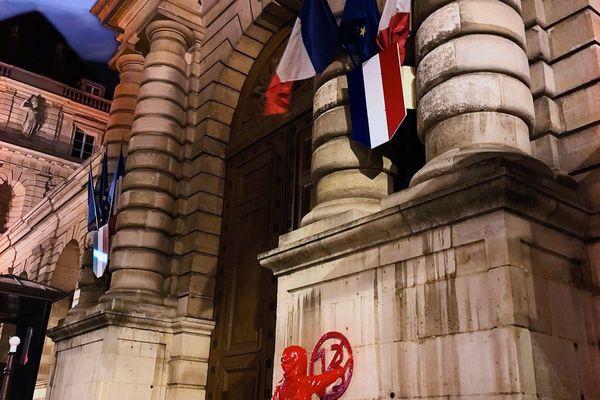 La sculpture a été installée devant les portes du Sénat à Paris