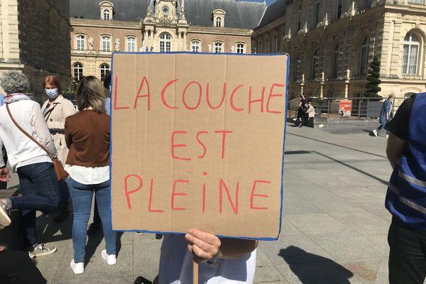 """Pancarte """"la couche est pleine"""" pour protester contre la réforme Taquet"""