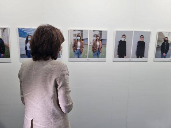 La secrétaire d'Etat découvre l'expo photo réalisée par les élèves de Montesoro.