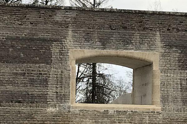 L'évacuateur d'eau du barrage de Chazilly a été reconstruit pour une capacité maximale de la retenue d'eau à la cote 16 mètres.