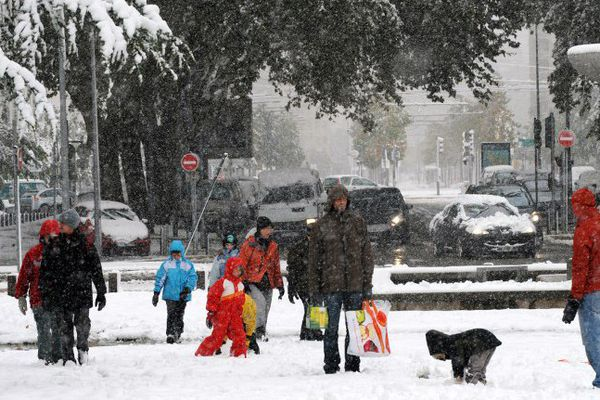 Des passants s'amusent avec la neige, le 28 octobre 2012 à Grenoble.