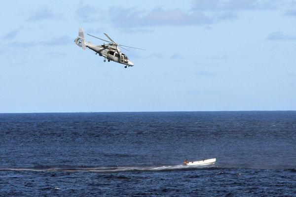 Un hélicoptère de type Panther de la Marine nationale en intervention au large de la Somalie.