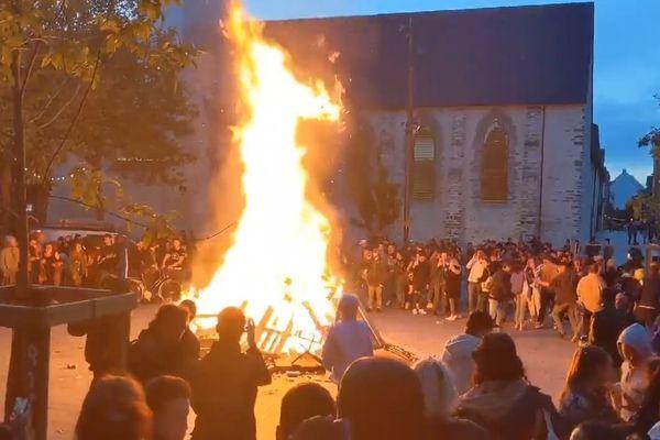 Environ un millier des personnes se sont réunies place Saint-Anne à Rennes pour continuer la soirée après la fermeture des bars. Des palettes et du matériel de chantier ont été brûlés.