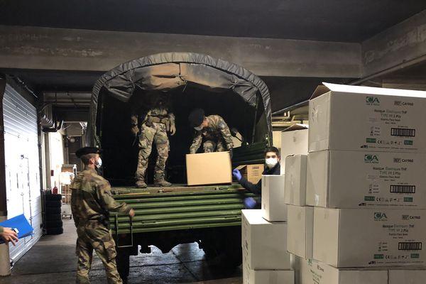 Chaque camion a été chargé de masques destinés au personnel soignant.