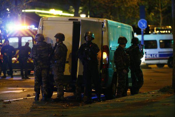 Des forces de l'ordre positionnées près du Bataclan à Paris