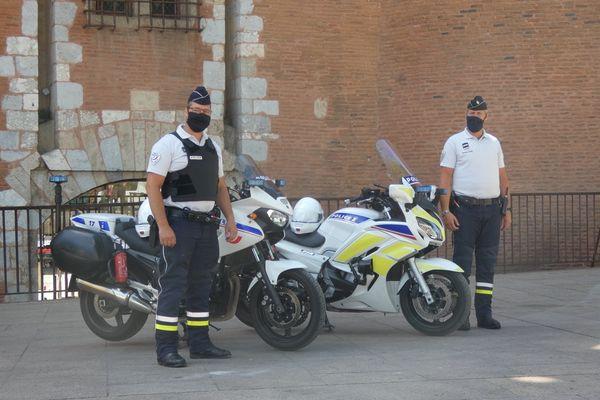 Deux motards de la police national ont empeché une petite fille de tomber d'un balcon, ce 8 juin 2021.