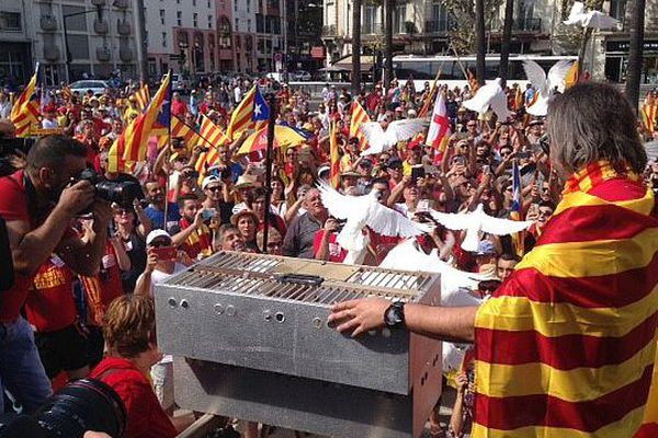 Des colombes, symboles de paix, ont été lâchées pour illustrer l'amour des Catalans à leur pays.