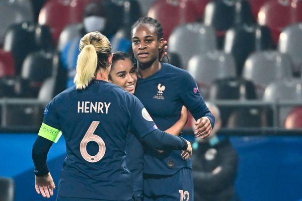 L'attaquante des Bleues Marie-Antoinette Katoto félicitée par ses coéquipières après avoir marqué un but lors du match qualificatif pour l'Euro 2022 entre la France et l'Autriche à Guingamp - 27/11/2020