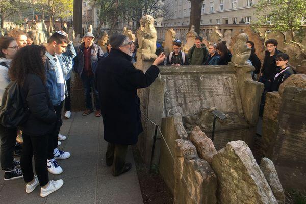 Les élèves du lycée de La Communication de Metz visitent le vieux cimetière juif de Prague