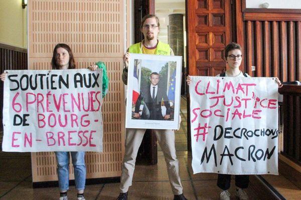 Charles, au centre de la photo, avait posé le24 mai 2019, juste après son décrochage de portrait. Il est jugé mercredi 27 janvier à Lyon. Le portrait avait été récupéré par la mairie le même jour pacifiquement.