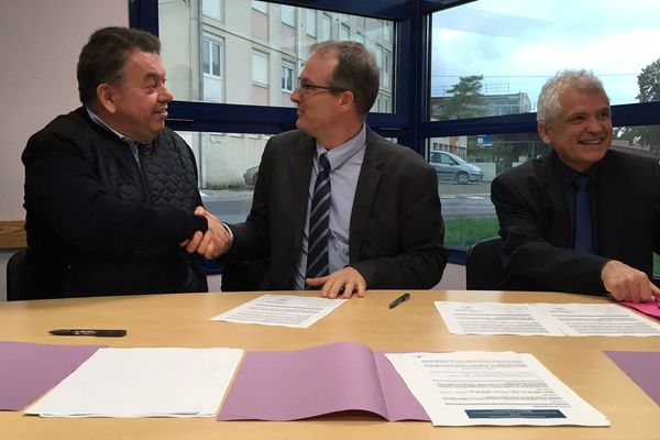 Le professeur Olivier Bouchy (à gauche) a signé la convention avec l'Agence Régionale de Santé du Grand-Est et la faculté de médecine de Nancy.
