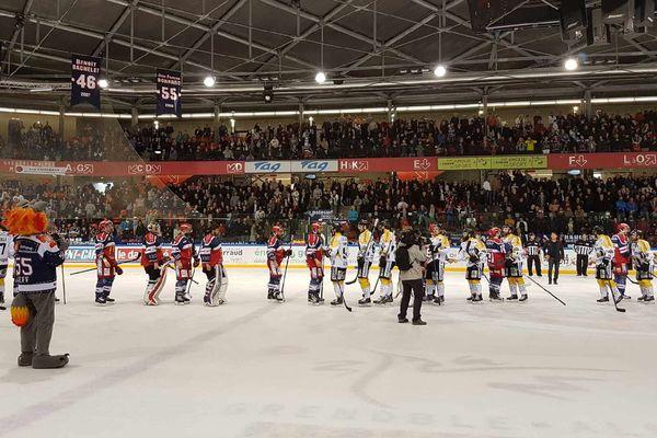 Les deux équipes se saluent après la fin du match .