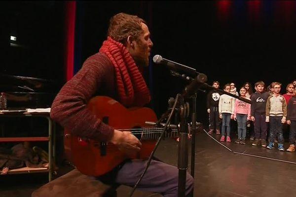 Barcella en répétition avec les élèves, au théâtre Edwige Feuillère à Vesoul.