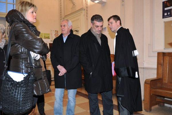 Béziers (Hérault) - les parents de Carla, Anne et Sébastien Figuera discutent avec leur avocat, Luc Abretkiewicz au palais de justice avant le procès à huis clos - 23 janvier 2013.