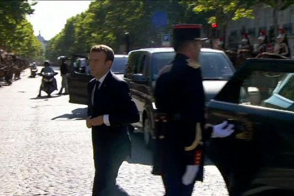 Emmanuel Macron sortant de la 5008 spécialement aménagée pour la fonction