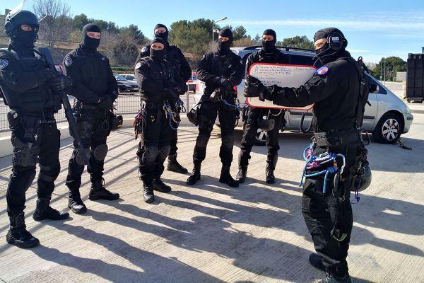 Les surveillants de l'unité ERIS, Equipe Régionale d'Intervention et de Sécurité, lors de l'entraînement ce mercredi à Velaux au centre de formation des pompiers.