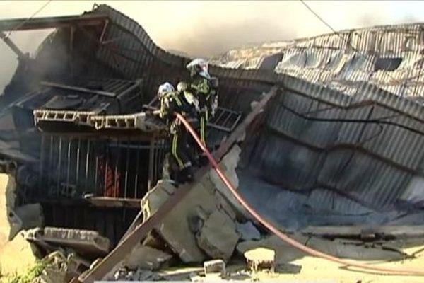 Le feu a détruit les 1 000 m2 d'entrepôt