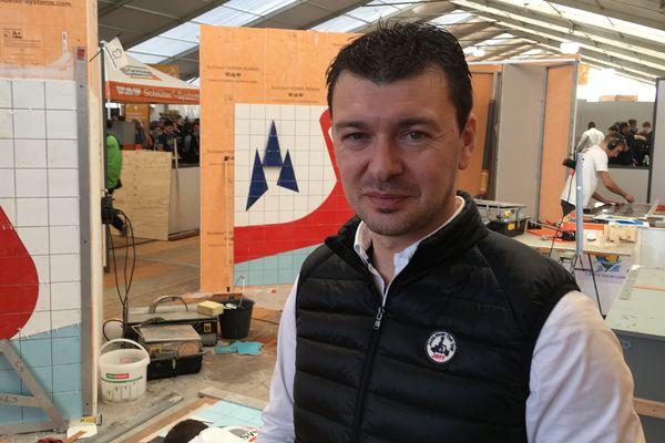 Mickaël Lucas est normand, installé à Bernay (27) et il a été médaille d'Or aux championnats du monde (Worldskills) en 1999 à Montréal. Mais à l'époque il a concouru pour les Pays de la Loire où il était en formation faute de formation en BP dans sa région.