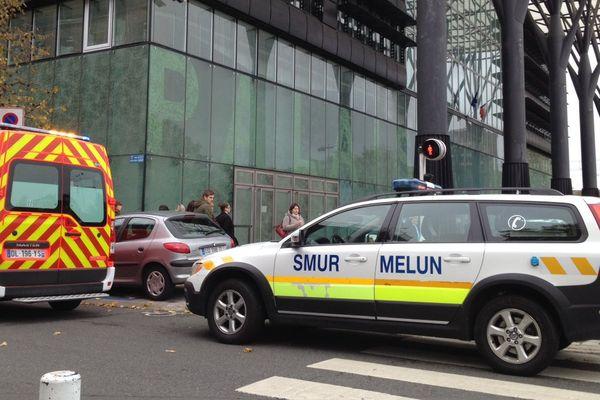 Les secours devant le tribunal de Melun, après que des coups de feu ont été tirés, le jeudi 29 octobre 2015.