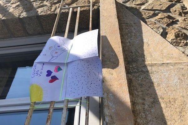 A 8 ans, Gabrielle communique avec ses copains du quartier en accrochant des dessins à sa fenêtre.