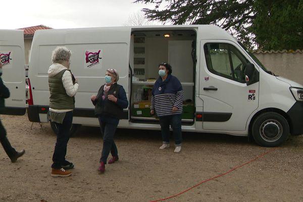 les bénévoles des Restos 86, au camion