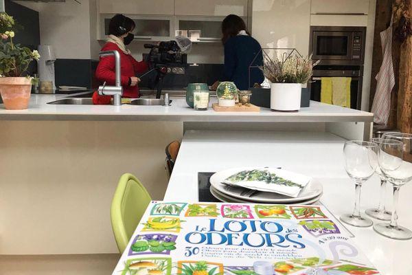 Sophie ne perçoit aucune odeur dans sa cuisine, sa rééducation passe par un jeu de société