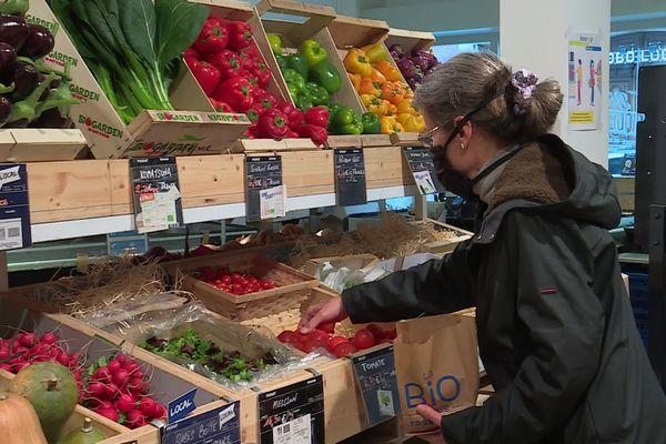 Comme pendant le premier confinement, les clients se ruent sur les produits alimentaires. Les stocks de fruits et légumes sont surveillés de prêts.
