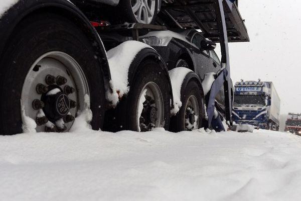 Un camion bloqué dans la neige.