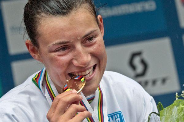 En septembre 2011, lors Championnats du Monde de VTT. Emmeline RAGOT devient championne du monde en descente élites dames.