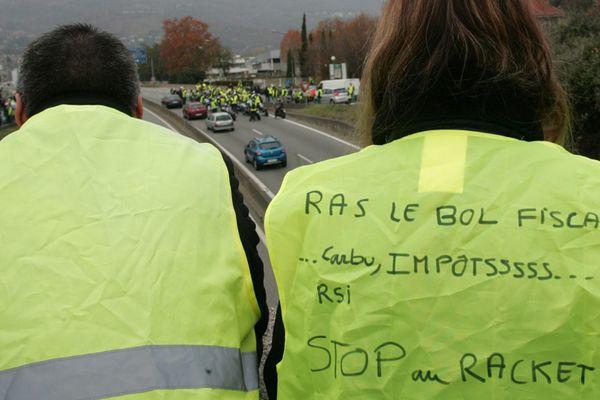 Les gilets jaunes affichent leur lassitude du matraquage fiscal ici à Grenoble