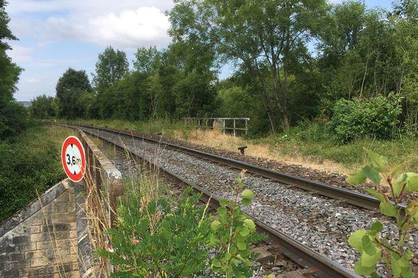Les victimes se tenaient sur ce pont SNCF, quatre mètres au-dessus de la rue.