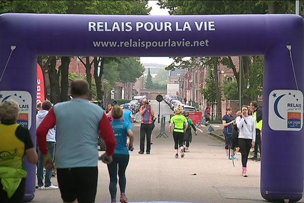 """950 coureurs ont participé à la première course """"relais pour la vie"""" d'Amiens."""