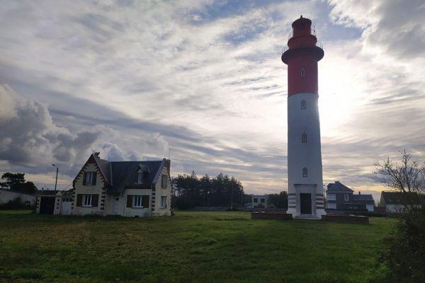 Inhabitée depuis 2011, la maison du gardien du Phare de Brighton, nichée à Cayeux-sur-Mer en Baie de Somme, se dégrade.