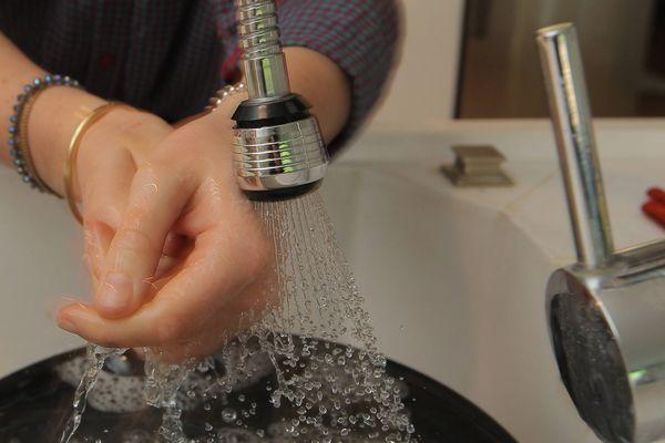 S'il est possible de se laver les mains, le corps ou la vaisselle, en revanche il est interdit de boire ou de se laver les dents avec l'eau du robinet.