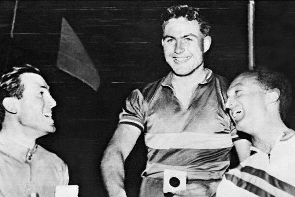 Michel Rousseau (C), qui vient de remporter le titre olympique de vitesse sur piste aux Jeux Olympiques de Melbourne en 1956,en compagnie des deux autres médaillés, l'australien Richard Ploog (D) et l'italien Guglielmo Pesenti (G).